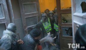 Виламані двері та застосування вогнегасників. Як відбувалися сутички під Жовтневим