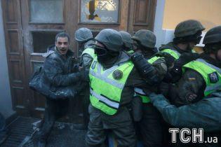 Отруєння і вибуховий пакет у капюшоні: у сутичках під Жовтневим палацом постраждали 60 нацгвардійців