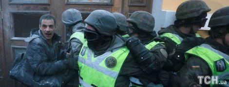 Отравления и взрывной пакет в капюшоне: в столкновениях под Октябрьским дворцом пострадали 60 нацгвардейцев