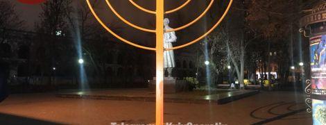 У Києві на Подолі кров'ю спаплюжили монумент на честь Хануки