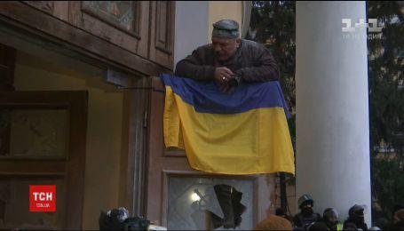 Три иностранные посольства в Украине осудили попытку захвата Октябрьского дворца