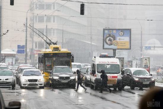 Через потужний снігопад на Київщині сталося 130 ДТП, є постраждалі