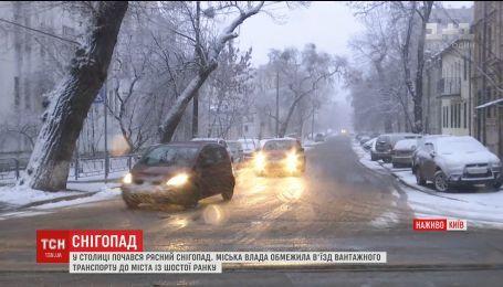 Из-за мощного снегопада власть города ограничила въезд грузового транспорта