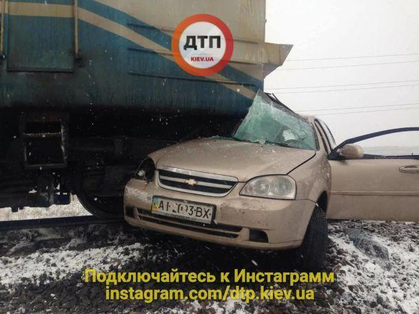 Під Києвом поїзд протаранив і протягнув авто 200м. Водій живий