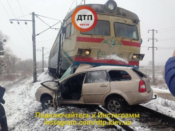 НаКиївщині водій намагався проскочити перед електричкою, аопинився під нею