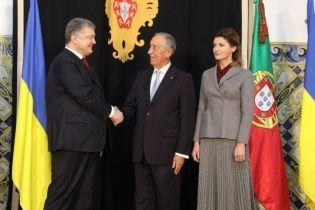 В бордовой блузке и плиссированной юбке: стильный образ Марины Порошенко в Португалии