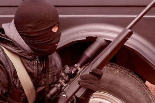 Заштовхнули в машину і тримали в гаражі: озброєні злочинці викрали в українця біткоїнів на 68 млн