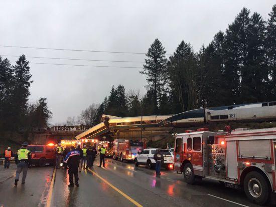 Щонайменше шестеро людей загинули після сходження поїзда з рейок у США
