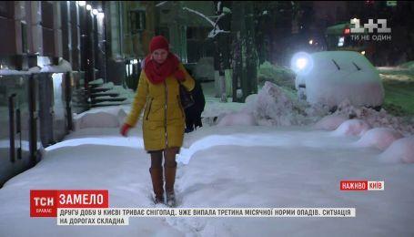 Протест водителей грузовиков и инспекция работы коммунальщиков: Киев вторые сутки засыпает снегом