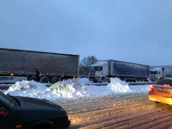 Сніговий колапс: на трасі Одеса-Київ близько 800 вантажівок застрягли через хуртовину
