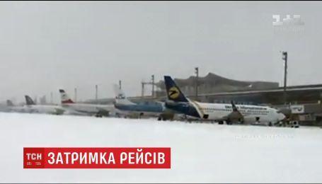 Из-за сильного снегопада в столичных аэропортах отменили часть рейсов