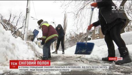 Пробки и сугробы: жители Киева жалуются на работу коммунальщиков и опаздывают на работы