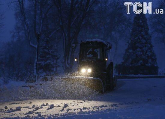 Через сніговий колапс обмежено рух вантажівок у семи областях України