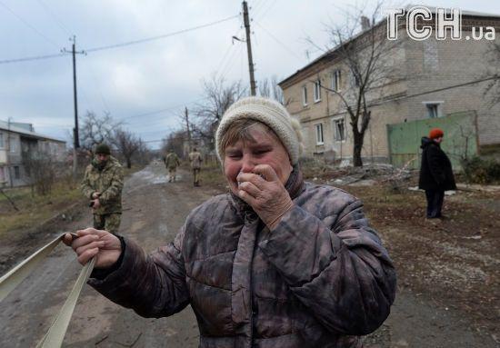 Обвуглені будинки і сльози місцевих мешканців: Reuters показало наслідки обстрілу Новолуганського