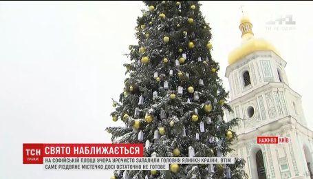 На Софійській площі продовжують зведення святкового містечка