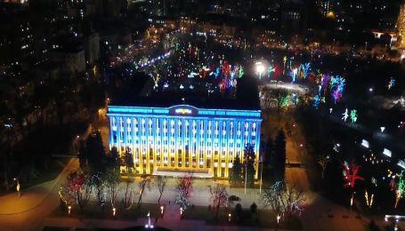 Сквер у середмісті Дніпра засяяв новорічними вогнями