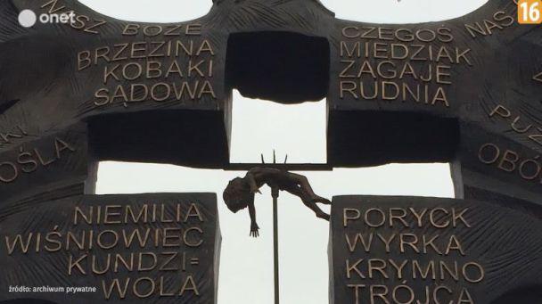 Отрубленные головы и ребенок на вилах: в Польше представили памятник жертвам Волынской трагедии