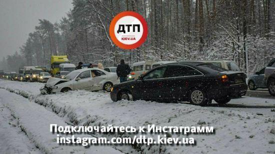 На трасі під Києвом автівка вилетіла на зустрічну смугу та потрощила інші