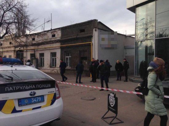 В Одесі стріляли: один з чоловіків забарикадувався в автосалоні