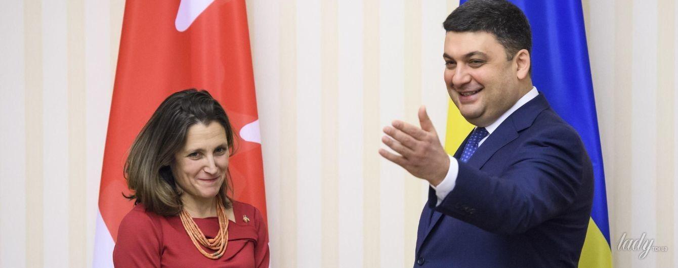 В алом платье и традиционном украинском ожерелье: министр иностранных дел Канады пришла на встречу с Гройсманом в эффектном образе