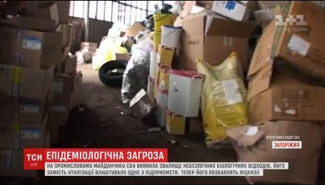 У Запоріжжі на промисловому майданчику викинули чотири тонни лікарського сміття