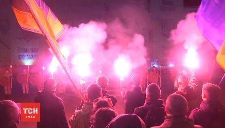 Тим, що тримають небо: у Чернівцях влаштували вогняну містерію на честь полеглих за Україну