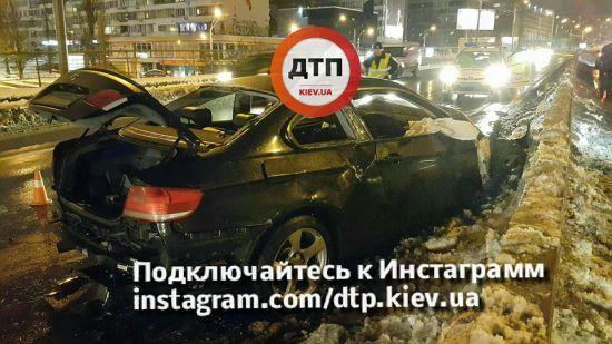 Моторошна ДТП у Києві: після зіткнення авто з відбійником пасажир вилетів із салону, водій втік