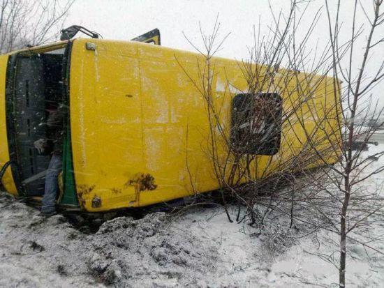 На Донеччині після зіткнення з автомобілем перекинувся автобус із 25 пасажирами