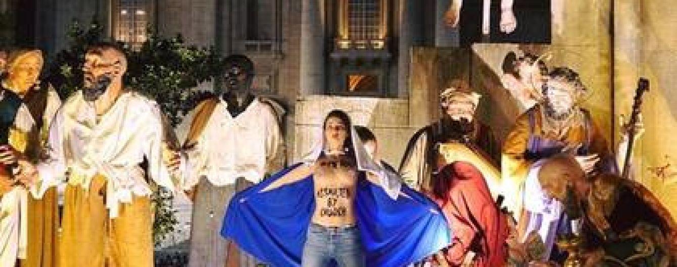 Активістка Femen оголила груди перед різдвяною службою у Ватикані