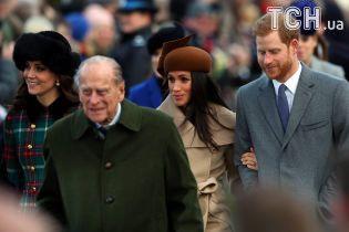 Меган Маркл у стильному капелюшку приєдналася до королівської сім'ї на різдвяній месі