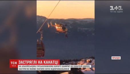 На французском горнолыжном курорте десятки лыжников застряли на канатной дороге