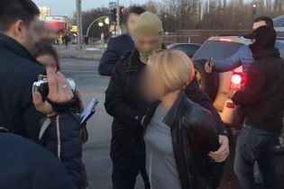 На Киевщине задержали чиновницу поселкового совета, которая получила взятку в виде автомобиля
