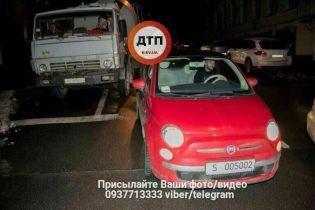У Києві бетонозмішувач врізався в автомобіль французького посольства