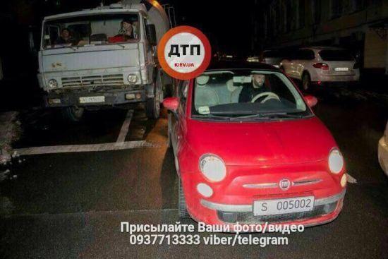 У Києві бетонозмішувач врізалася в автомобіль французького посольства