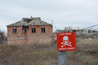 На Луганщине мужчина с сыном подорвались на взрывном устройстве во время покоса травы