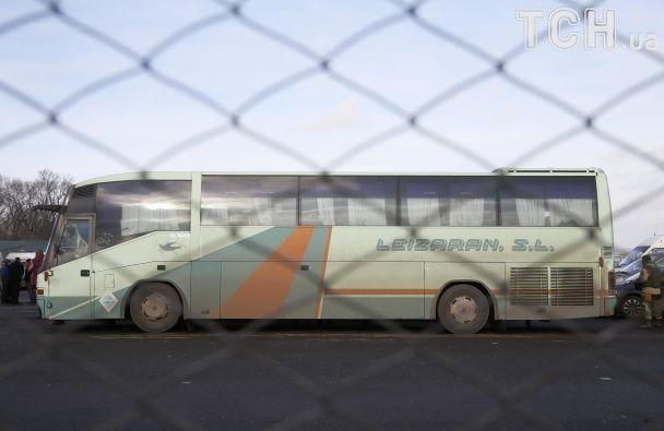 """Обійми після полону і """"факи"""" звільнених бойовиків: обмін заручниками у фотографіях"""