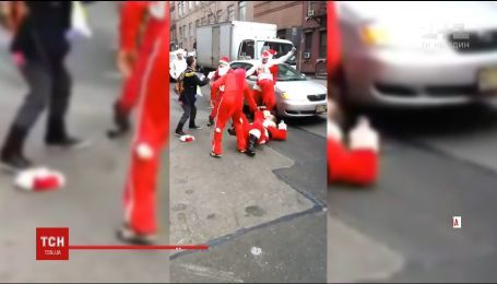 Санта-Клаусы устроили драку в центре Нью-Йорка из-за дележа сфер влияния