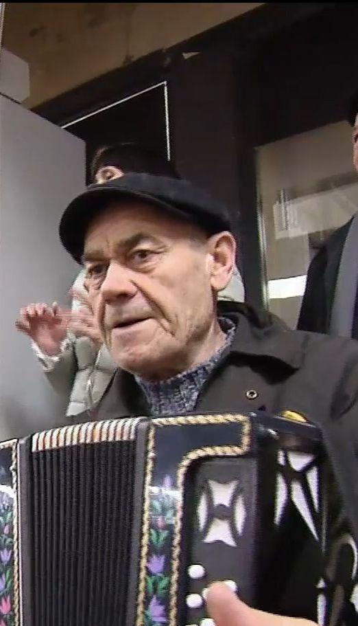"""В переходе станции метро """"Театральная"""" собрались на танцы пенсионеры"""