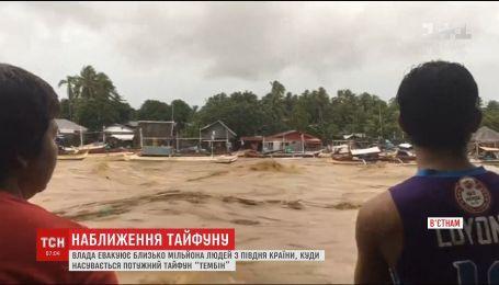 """Вьетнам эвакуирует людей из-за приближения мощного тайфуна """"Тембин"""""""