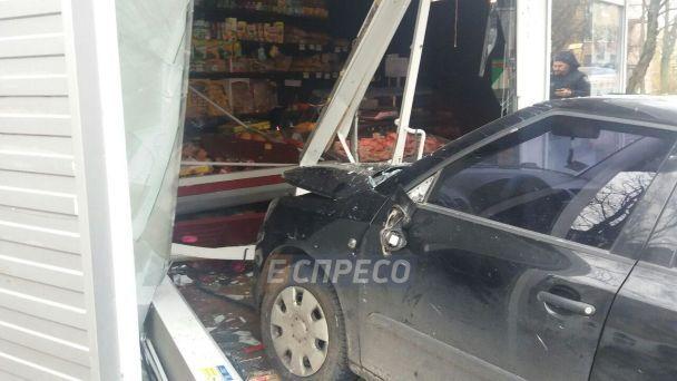 УКиєві водій збив трирічну дівчинку тавлетів у кіоск