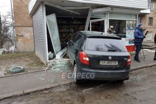 У Києві водій збив трирічну дівчинку та влетів у кіоск