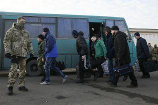 """""""Люди круті, а держава…"""": звільнені з ОРДЛО заручники поскаржилися на проблеми у вільній Україні"""