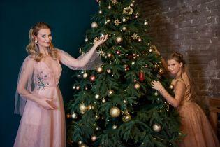 Вишукана Лідія Таран знялася у новорічній фотосесії з підрослою донькою