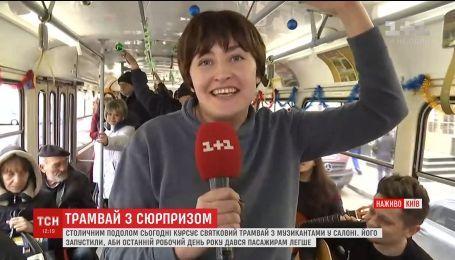 Останню п'ятницю 2017 року у Києві Подолом курсуватиме новорічний трамвай