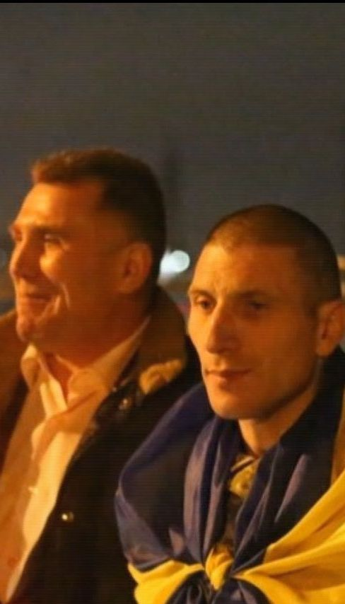У Луцьку десятки містян зустріли бійців, які повернулися з полону бойовиків