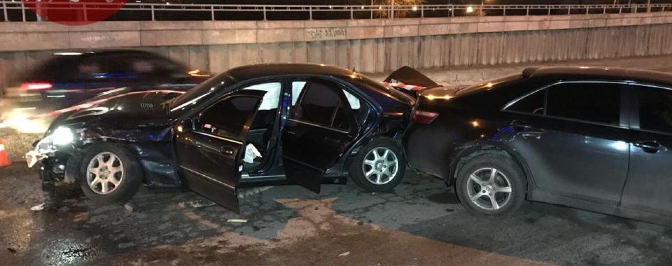 У Києві переслідування Mercedes завершилось пошкодженням шести автівок