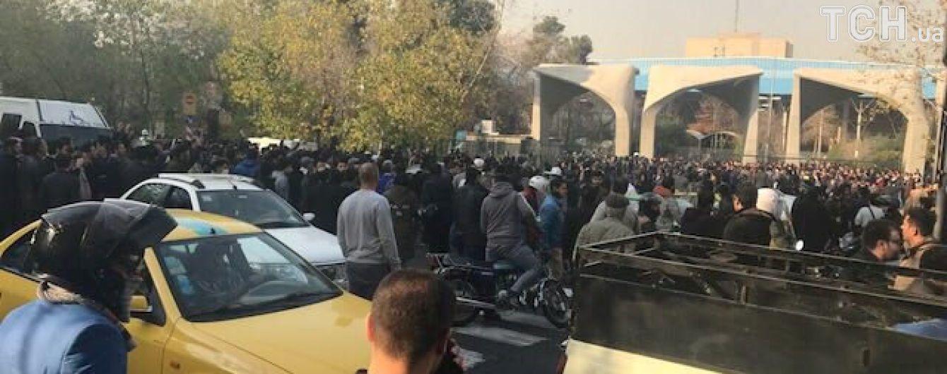 В Ірані знищують портрети Верховного лідера і спалюють будинки