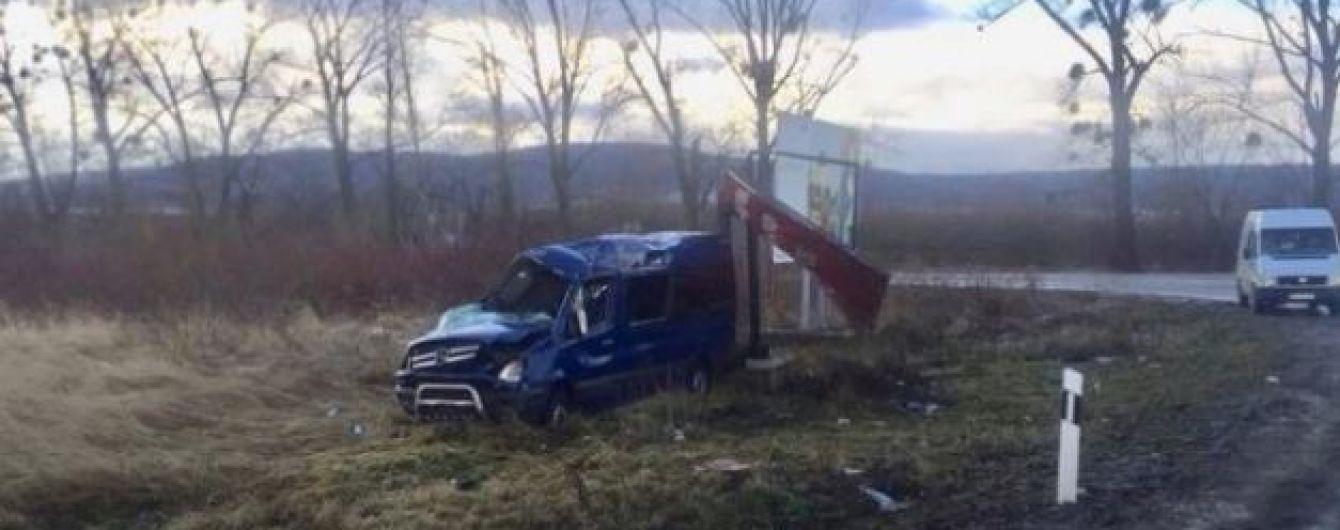 На Львівщині перекинувся мікроавтобус, постраждало вісім людей
