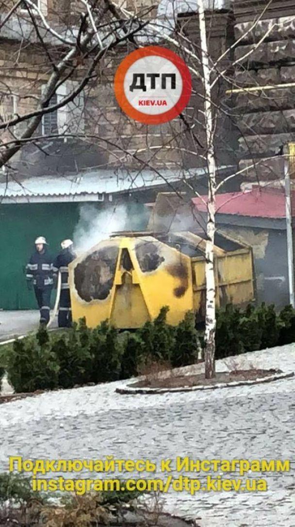 В Киеве на Крещатике взорвался мусорный бак