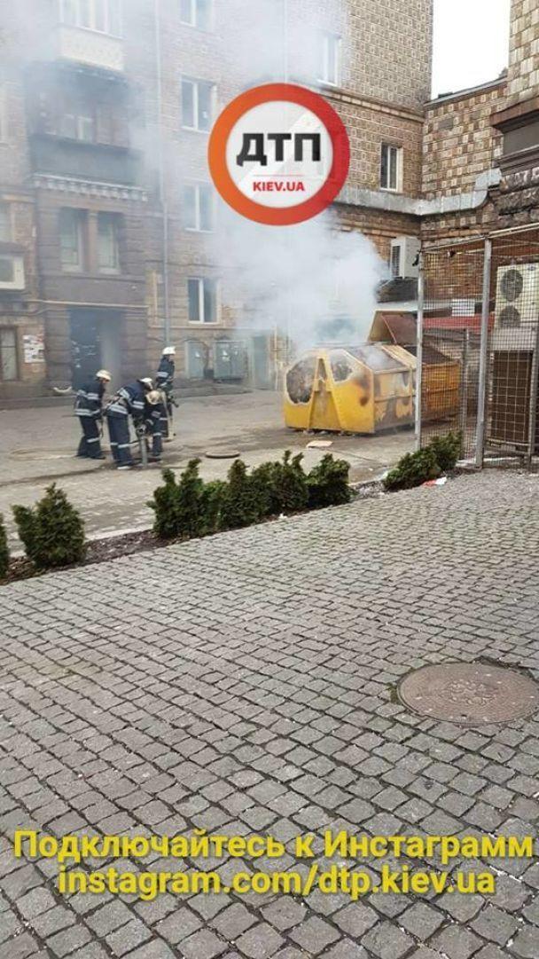 У Києві на Хрещатику вибухнув сміттєвий бак